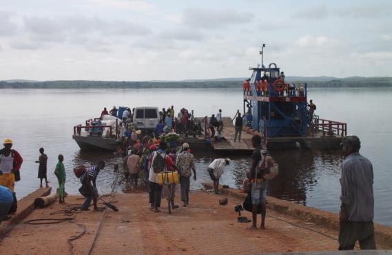News il traghetto sul fiume congo for Cabine sul bordo del fiume